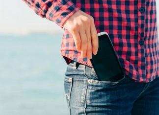 Smartphone rangé dans la poche de pantalon
