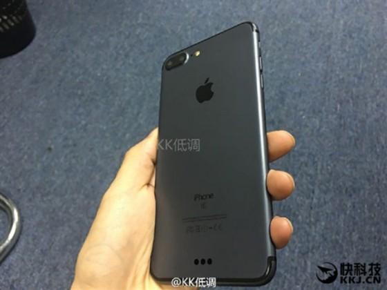 iphone 7 noir 03 560x420 - L'iPhone 7 Plus se montre en noir