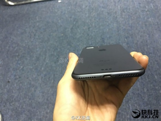 iphone 7 noir 04 560x420 - L'iPhone 7 Plus se montre en noir