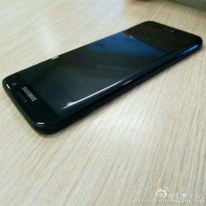 "s7 edge glossy black 8 420x420 - Premières photos du Galaxy S7 Edge ""Glossy Black"""