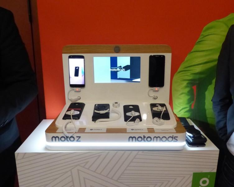 Moto Z et Z Play accompagnés de leurs modules.