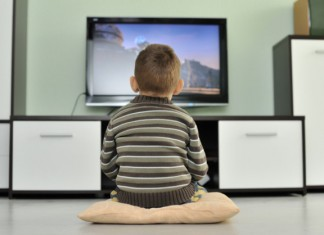Enfant devant un écran de TV