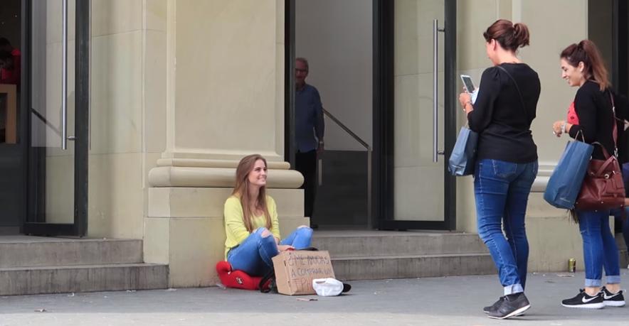 Youtube : elle fait la manche pour s'acheter l'iPhone X