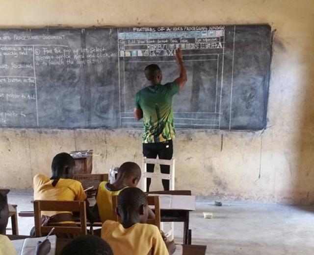 Au Ghana, un enseignant dessine Word au tableau pour l'enseigner