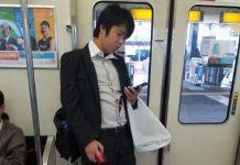 Ce Japonais utilise une souris pour naviguer sur son smartphone