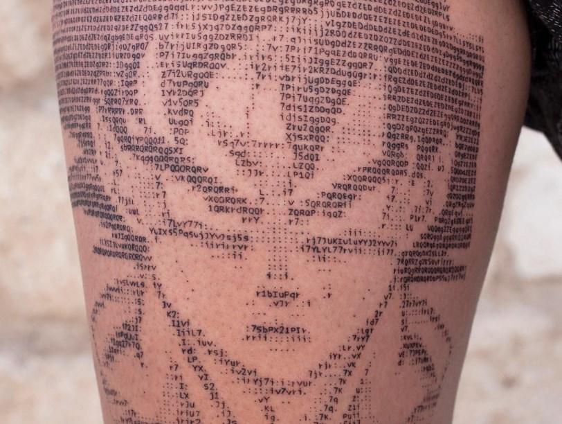 Des portraits de star tatoués avec du code ASCII !