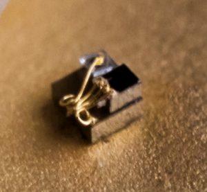 pc grain de riz 2 300x277 - Le plus petit ordinateur du monde mesure 0,3 mm