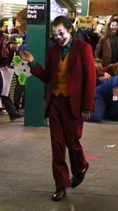 joker03 236x420 - Joaquim Phoenix se montre enfin en Joker