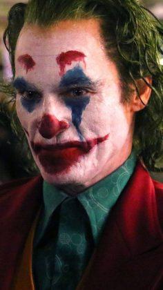 joker06 236x420 - Joaquim Phoenix se montre enfin en Joker