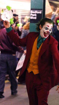 joker07 236x420 - Joaquim Phoenix se montre enfin en Joker