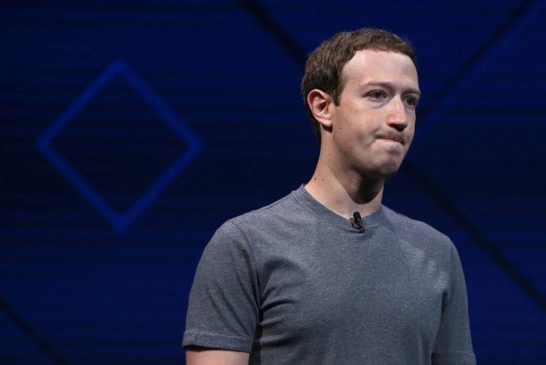Apparemment, rien ne va plus pour Mark Zuckerberg. La gestion des récents déboires que Facebook a connus est certainement déjà difficile à vivre pour lui. Voilà qu'il se trouve dans le collimateur de certains investisseurs qui souhaiteraient le destituer de son poste de PDG. Mark Zuckerberg au poste de président du conseil d'administration ? Tout le monde ne semble pas être satisfait du bilan du PDG actuel dans la gestion de Facebook. Rien que pour cette année, le réseau social a connu quelques attaques d'ampleur. Parmi les plus importantes, l'on peut citer le scandale Cambridge Analytica et le récent piratage de 29 millions de compte. Des attaques qui n'ont visiblement pas plu à certains investisseurs qui mettent toute la responsabilité au dos de Mark Zuckerberg. Parmi les plaignants, il y a les trésoriers d'État du Rhode Island, de l'Illinois et de la Pennsylvanie, mais aussi le contrôleur de la ville de New York. A noter que ces derniers assurent la gestion de fonds publics avec des participations considérables dans Facebook. Pour eux : « La structure de gouvernance de Facebook continue de mettre ses investisseurs en danger (…). Mark Zuckerberg doit rendre davantage de comptes au conseil d'administration afin de rétablir la confiance des investisseurs et de protéger la valeur pour les actionnaires. » Récemment, ils ont ainsi proposé un changement de statut pour Mark Zuckerberg, afin de le placer au poste de président du conseil d'administration de Facebook. Mais il se peut que cela reste au statut de proposition puisqu'à peu près 60 % des droits de vote lui appartiennent.