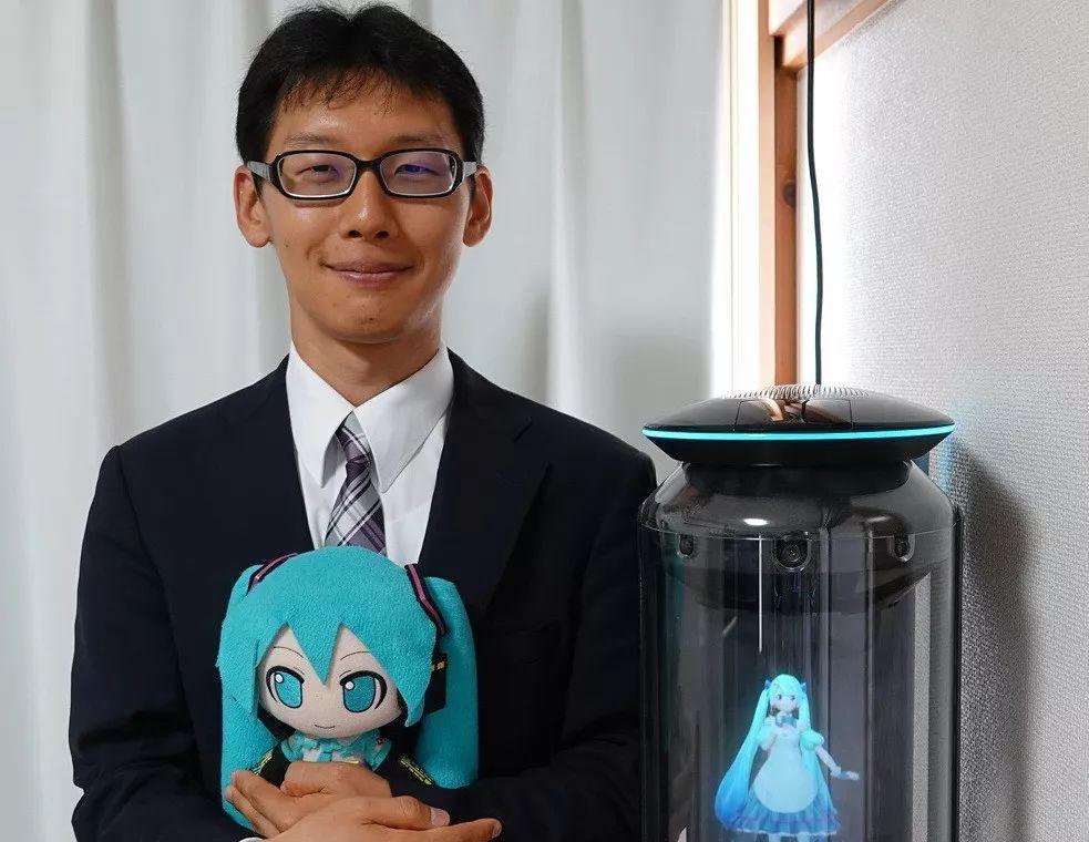 Un Japonais organise une cérémonie de mariage pour épouser un hologramme