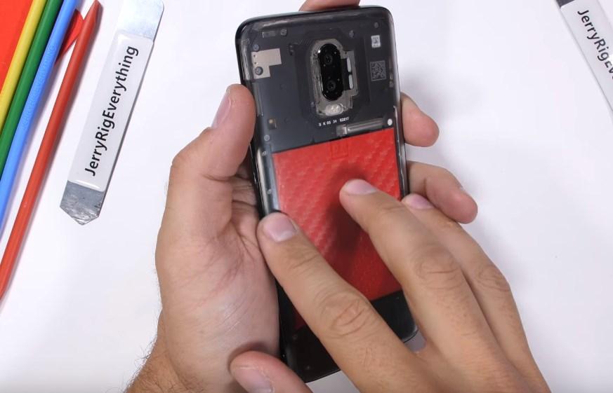 OnePlus 6T : un YouTubeur dit adieu à sa garantie pour lui donner un design transparent