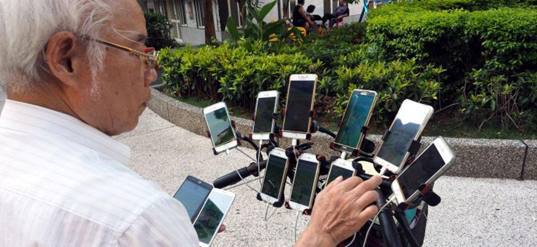 Pokémon Go : 11 smartphones, un septuagénaire et des parties endiablées