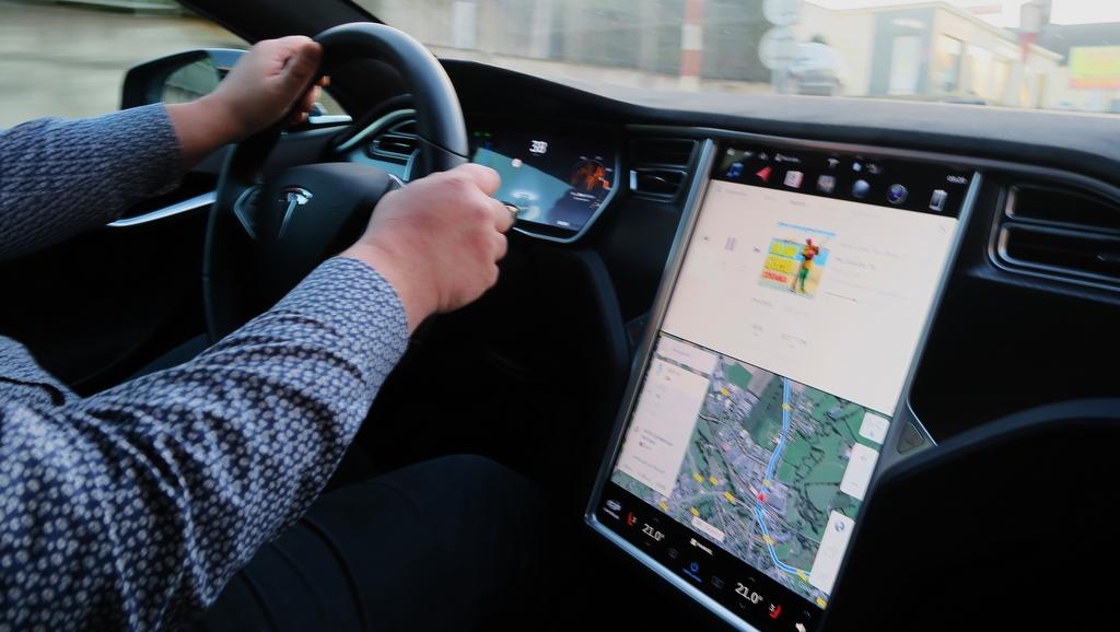Le vol d'une Tesla réalisé grâce à une tablette et un smartphone