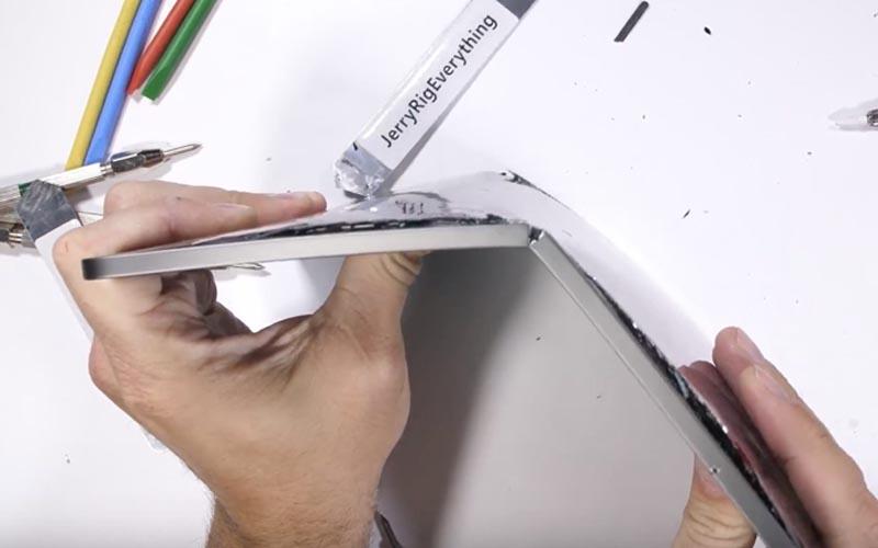 Test de pliage : l'iPad Pro 2018 peut se plier seulement avec les mains
