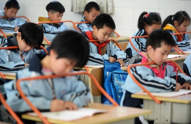 Des élèves surveillés avec leur uniformes connectés en Chine
