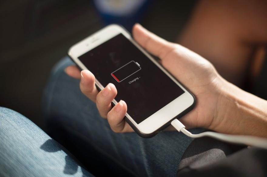 Est-il dangereux d'avoir recours à un chargeur low cost pour son téléphone?