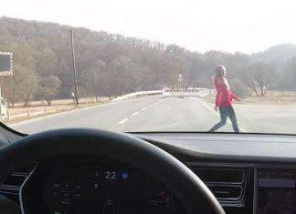 Ce YouTubeur teste l'Autopilot de sa Tesla sur sa femme